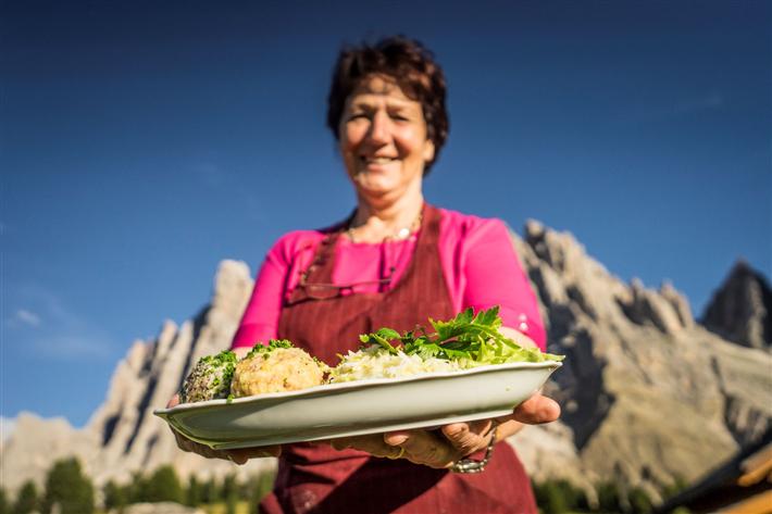 Neben Alpenrosenblüte und Murmeltierpfeifen, Gipfelglück und Knödelfreuden bieten die Alpine Pearls ihren Gästen auch eine bequeme Bahnanreise, Abholservices, Wanderbusse und Mobilcards für die teils kostenfreie Nutzung des regionalen ÖPNV. © Tourismus Villnöss